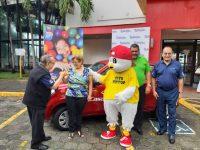 Entrega de Suzuki Alto 2017 a la ganadora de la rifa